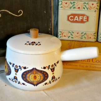 1970s French Enamel Geometric Design Saucepan.  A lovely white enamel saucepan with lid dating from the 1970s.  It has a lovely geometric pattern in oranges