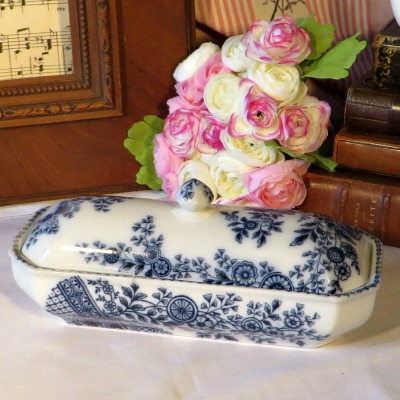 Victorian Blue and White Razor Dish. A pretty and useful Victorian blue and white razor dish decorated with a transfer print of flowers. trellis and urns. Could be used on your dressing table for jewellery or on a dresser as part of a blue and white collection.